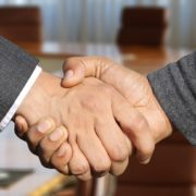 外国人採用 握手