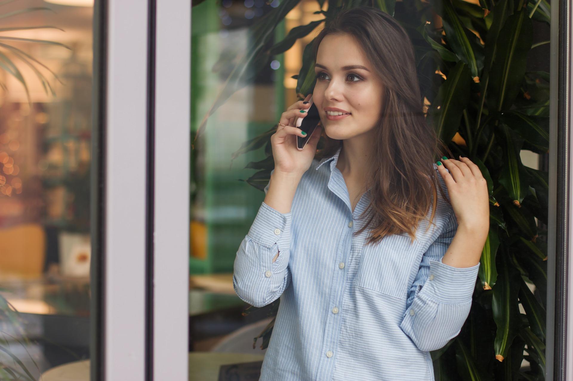 女性と電話