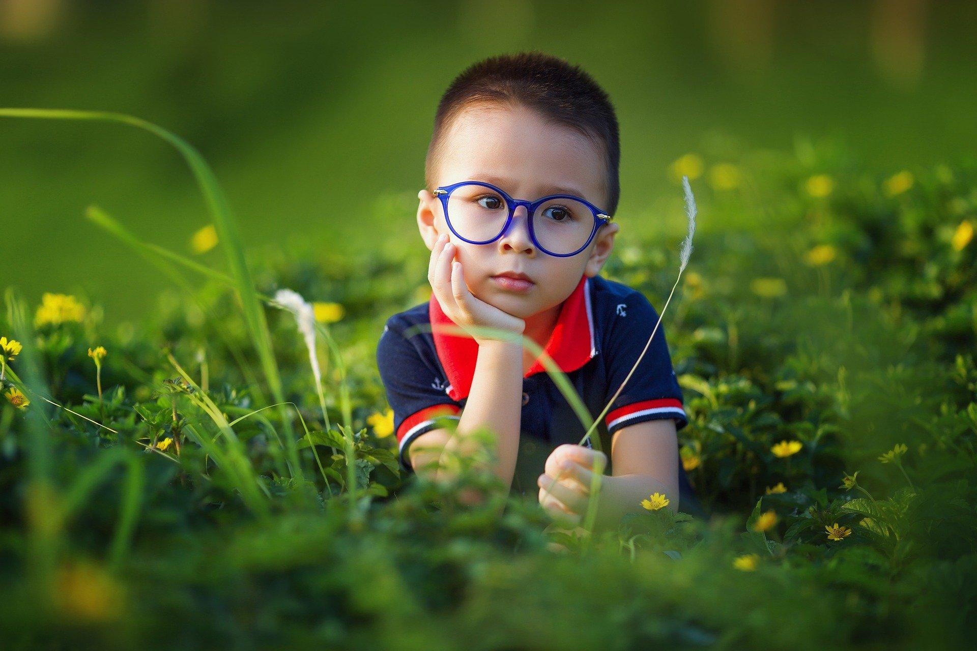 男の子の草遊び