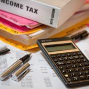 税金の本と電卓